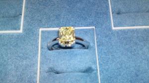 Anello con Diamante giallo in oro Bianco