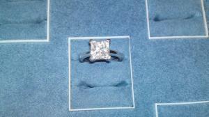 Anello con diamante quadrato in oro bianco